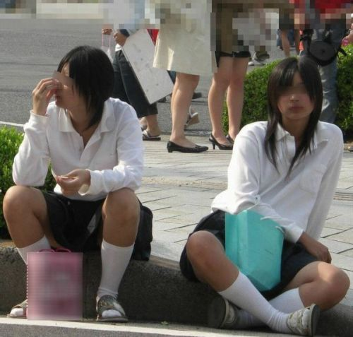 【盗撮画像】素人女子校生の街角で座り込んだりしゃがみパンチラがエロいわwww No.2