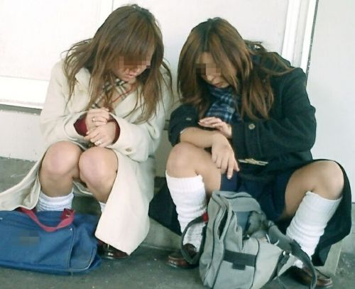 【盗撮画像】素人女子校生の街角で座り込んだりしゃがみパンチラがエロいわwww No.3