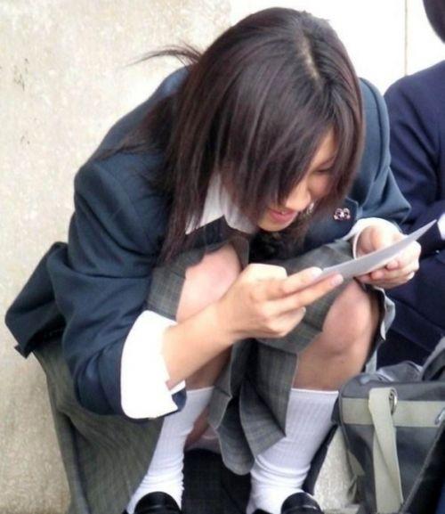 【盗撮画像】素人女子校生の街角で座り込んだりしゃがみパンチラがエロいわwww No.5