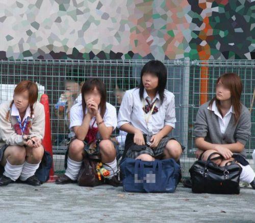 【盗撮画像】素人女子校生の街角で座り込んだりしゃがみパンチラがエロいわwww No.7