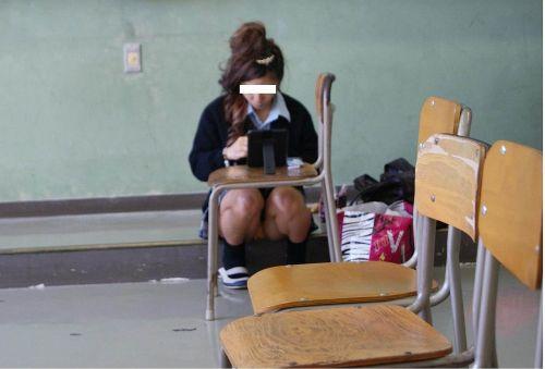 【盗撮画像】素人女子校生の街角で座り込んだりしゃがみパンチラがエロいわwww No.9