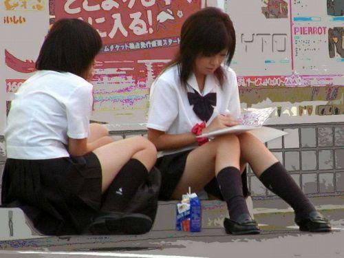 【盗撮画像】素人女子校生の街角で座り込んだりしゃがみパンチラがエロいわwww No.12