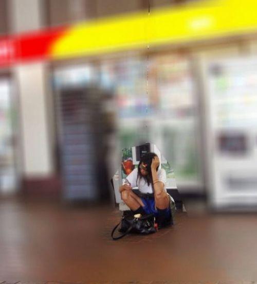 【盗撮画像】素人女子校生の街角で座り込んだりしゃがみパンチラがエロいわwww No.14