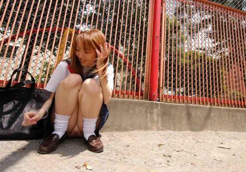 【盗撮画像】素人女子校生の街角で座り込んだりしゃがみパンチラがエロいわwww No.17