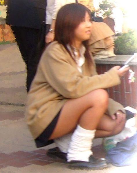 【盗撮画像】素人女子校生の街角で座り込んだりしゃがみパンチラがエロいわwww No.18