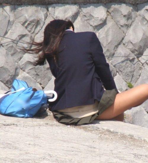 【盗撮画像】素人女子校生の街角で座り込んだりしゃがみパンチラがエロいわwww No.22