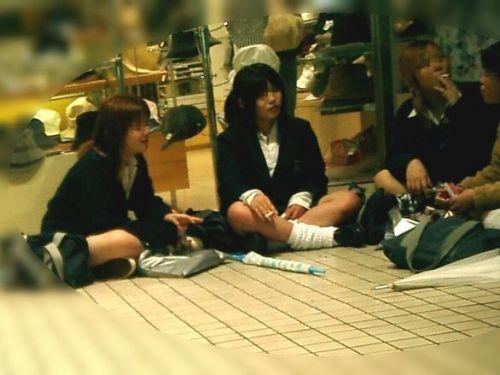 【盗撮画像】素人女子校生の街角で座り込んだりしゃがみパンチラがエロいわwww No.23