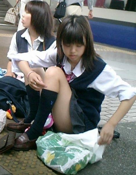 【盗撮画像】素人女子校生の街角で座り込んだりしゃがみパンチラがエロいわwww No.25