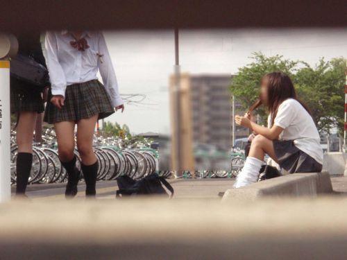 【盗撮画像】素人女子校生の街角で座り込んだりしゃがみパンチラがエロいわwww No.27