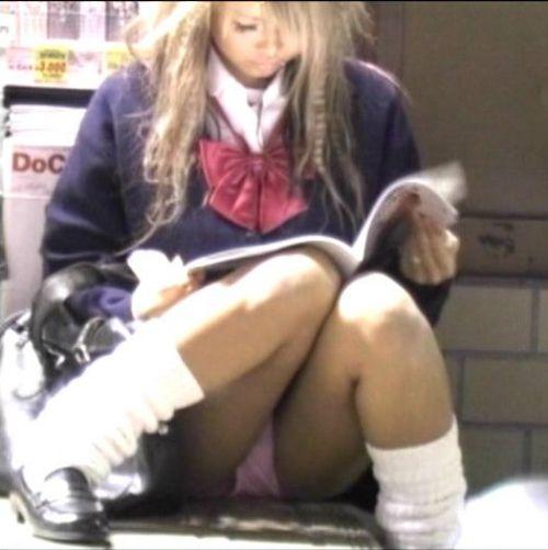【盗撮画像】素人女子校生の街角で座り込んだりしゃがみパンチラがエロいわwww No.29