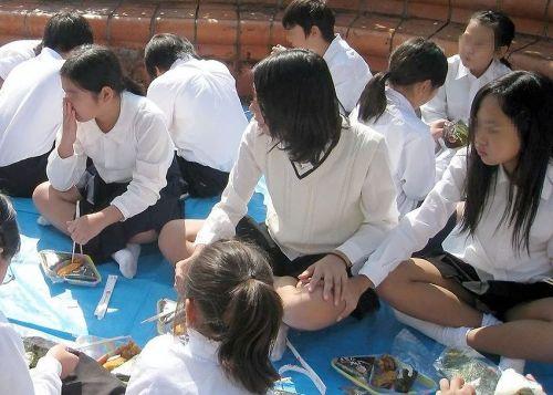 【盗撮画像】素人女子校生の街角で座り込んだりしゃがみパンチラがエロいわwww No.32
