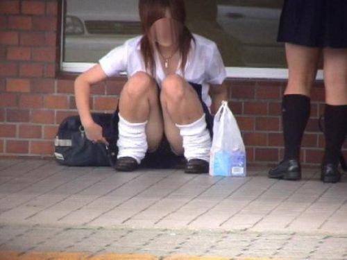 【盗撮画像】素人女子校生の街角で座り込んだりしゃがみパンチラがエロいわwww No.34