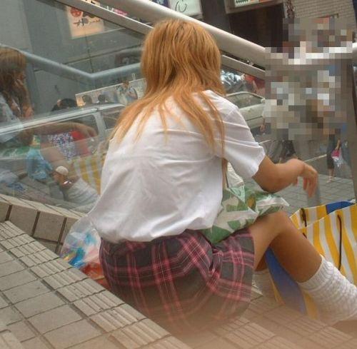【盗撮画像】素人女子校生の街角で座り込んだりしゃがみパンチラがエロいわwww No.36