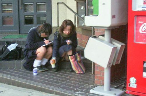 【盗撮画像】素人女子校生の街角で座り込んだりしゃがみパンチラがエロいわwww No.39