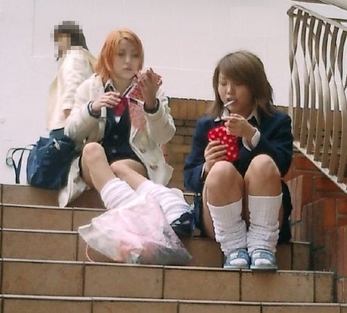 【盗撮画像】素人女子校生の街角で座り込んだりしゃがみパンチラがエロいわwww No.43