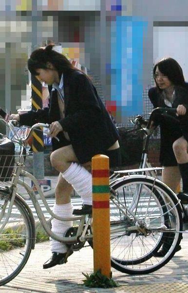 JKが座った自転車のサドルのぬくもりを感じたくなるエロ画像まとめ No.4