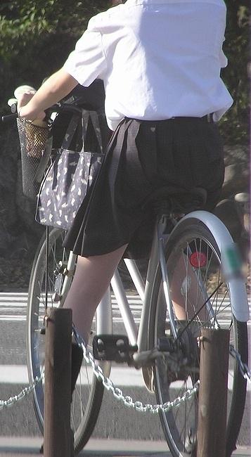JKが座った自転車のサドルのぬくもりを感じたくなるエロ画像まとめ No.16
