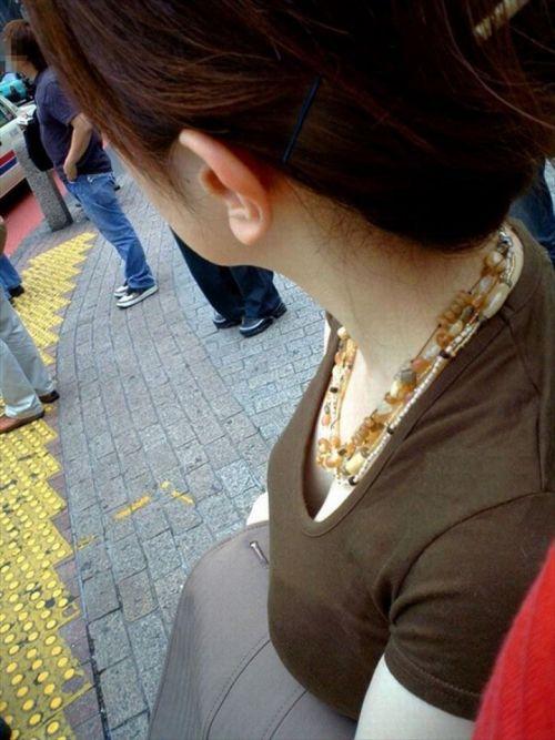 近くで女性の胸チラを盗撮した画像がヤバエロい! 35枚 No.2