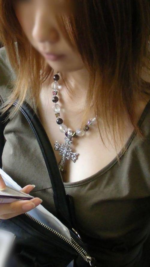 近くで女性の胸チラを盗撮した画像がヤバエロい! 35枚 No.3