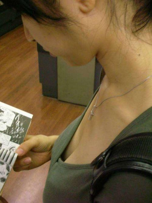 近くで女性の胸チラを盗撮した画像がヤバエロい! 35枚 No.11