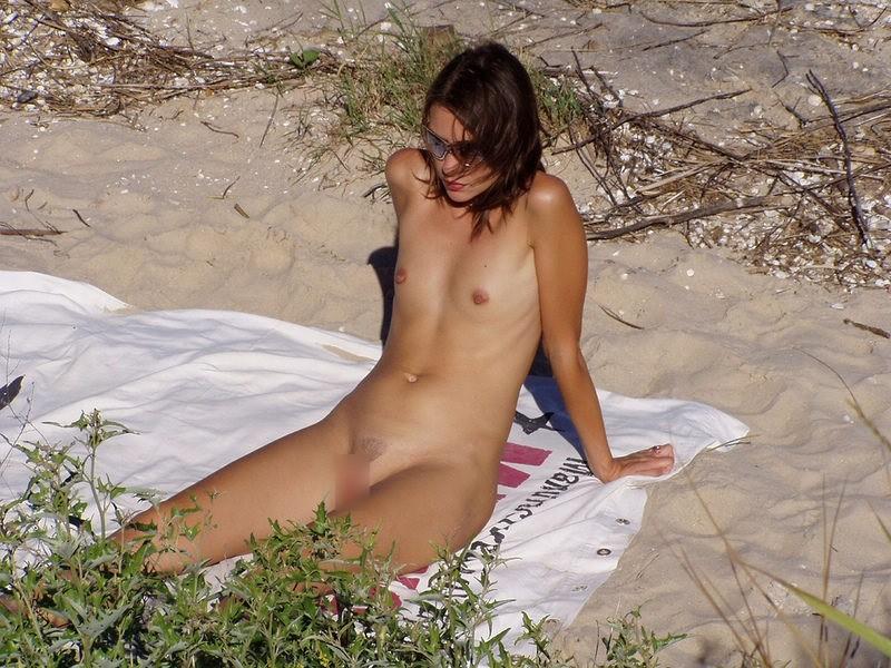 小さい乳オネエさんも美巨乳オネエさんもすっぽんぽんなヌーディストビーチ秘密撮影写真
