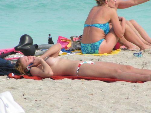 貧乳お姉さんも巨乳お姉さんもすっぽんぽんなヌーディストビーチ盗撮画像 No.9