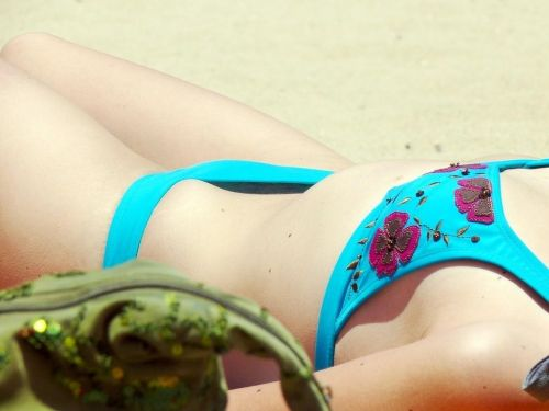 貧乳お姉さんも巨乳お姉さんもすっぽんぽんなヌーディストビーチ盗撮画像 No.16