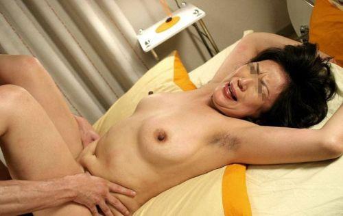【画像】熟女を乱暴にハメ倒す正常位セックスがエロ過ぎだわ^^ 42枚 No.41