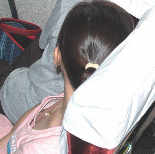 胸元の緩い素人女性が乳首をぽろりとパイチラしてる盗撮画像 38枚 No.11