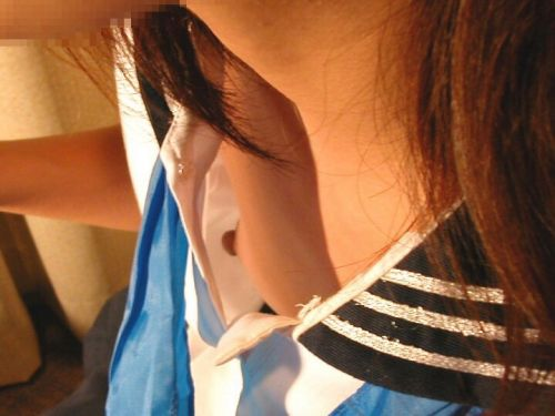 胸元の緩い素人女性が乳首をぽろりとパイチラしてる盗撮画像 38枚 No.30