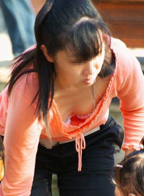 【画像】貧乳お姉さんは胸元浮いちゃうから胸チラで乳首見えちゃうよな 40枚 No.19