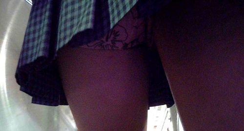 エスカレーターで女子校生のパンチラを盗撮したエロ画像 32枚 No.8