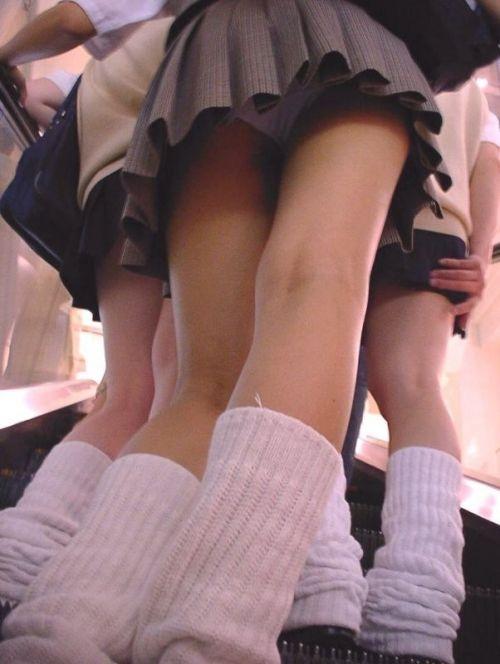 エスカレーターで女子校生のパンチラを盗撮したエロ画像 32枚 No.13