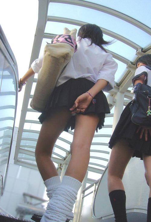 エスカレーターで女子校生のパンチラを盗撮したエロ画像 32枚 No.19