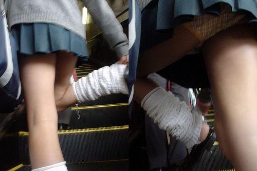 エスカレーターで女子校生のパンチラを盗撮したエロ画像 32枚 No.21