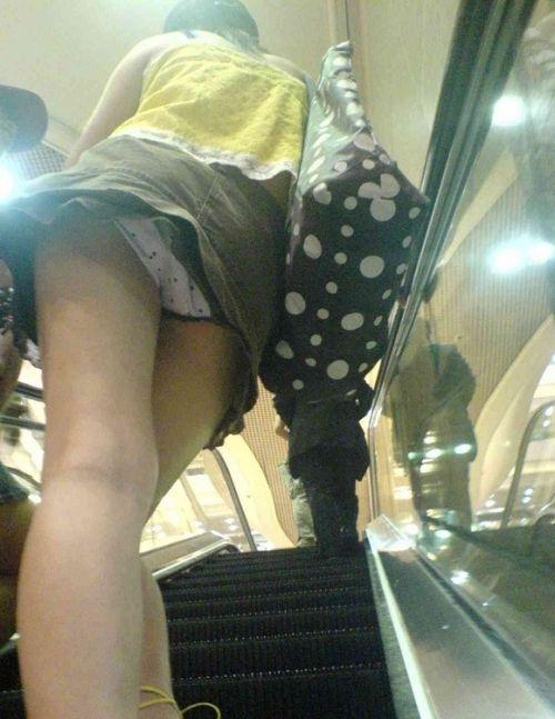 エスカレーターで女子校生のパンチラを盗撮したエロ画像 32枚 No.23