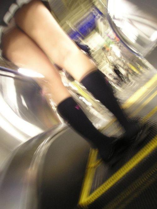 エスカレーターで女子校生のパンチラを盗撮したエロ画像 32枚 No.32