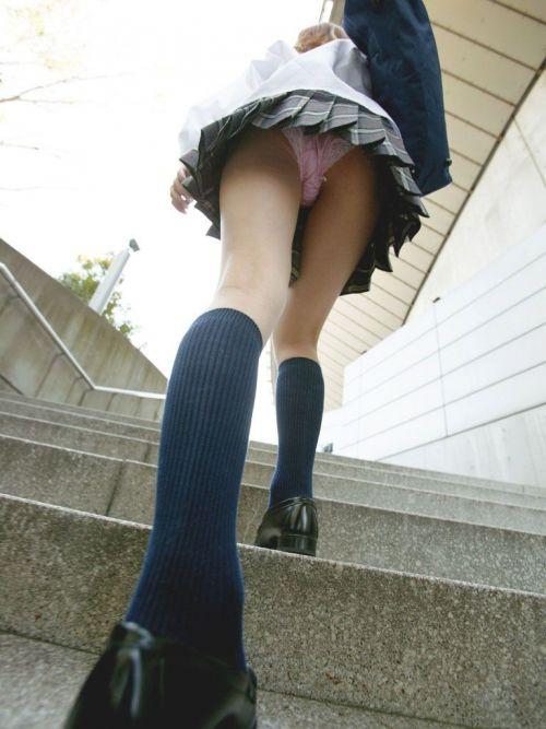 【画像】階段の下から見上げたミニスカJKのパンチラエロ過ぎwww 31枚 No.3