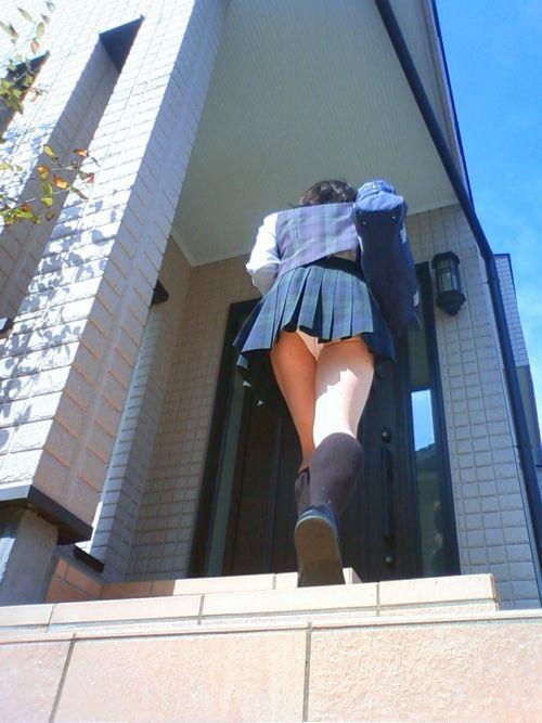 【画像】階段の下から見上げたミニスカJKのパンチラエロ過ぎwww 31枚 No.4