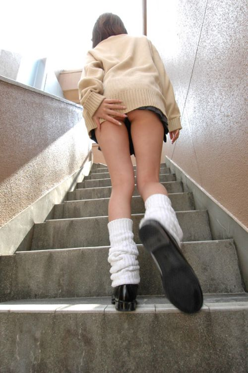 【画像】階段の下から見上げたミニスカJKのパンチラエロ過ぎwww 31枚 No.13