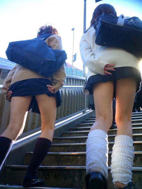 【画像】階段の下から見上げたミニスカJKのパンチラエロ過ぎwww 31枚 No.16