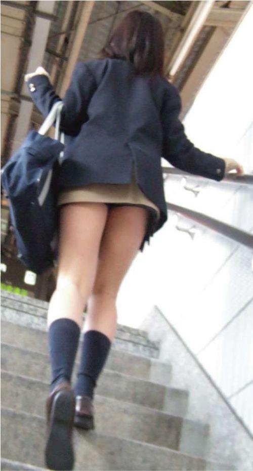 【画像】階段の下から見上げたミニスカJKのパンチラエロ過ぎwww 31枚 No.19