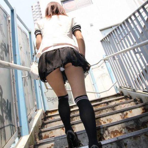 【画像】階段の下から見上げたミニスカJKのパンチラエロ過ぎwww 31枚 No.22