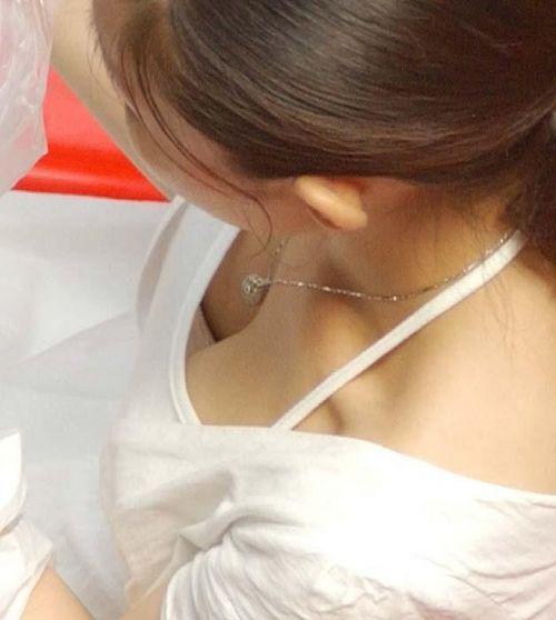 【盗撮画像】胸元緩んで隙だらけの素人娘の胸チラを激写したったww 35枚 No.5