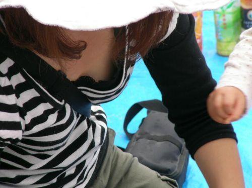 【盗撮画像】胸元緩んで隙だらけの素人娘の胸チラを激写したったww 35枚 No.17