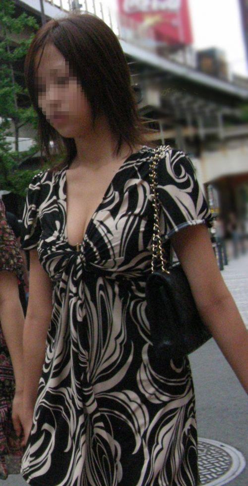 【盗撮画像】胸元緩んで隙だらけの素人娘の胸チラを激写したったww 35枚 No.20