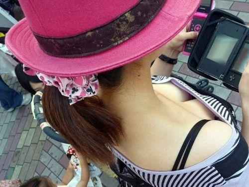 【盗撮画像】胸元緩んで隙だらけの素人娘の胸チラを激写したったww 35枚 No.30