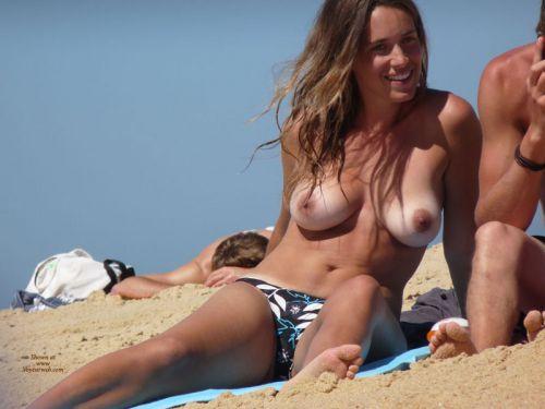 野外露出の聖地であるヌーディストビーチのエロ画像  No.3