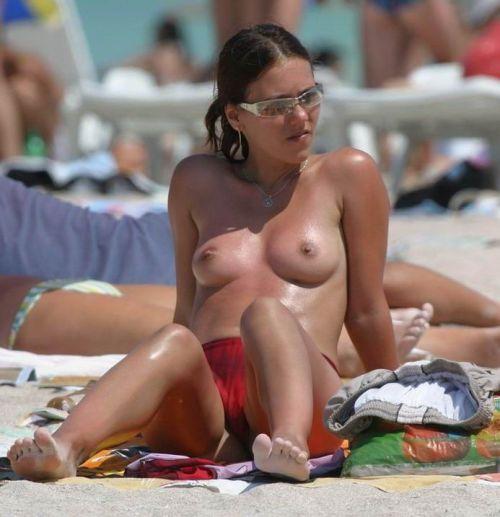 野外露出の聖地であるヌーディストビーチのエロ画像  No.4