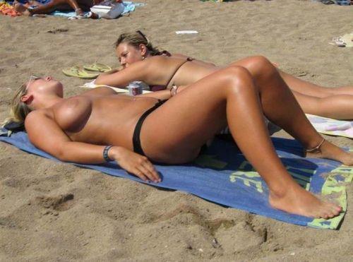 野外露出の聖地であるヌーディストビーチのエロ画像  No.5